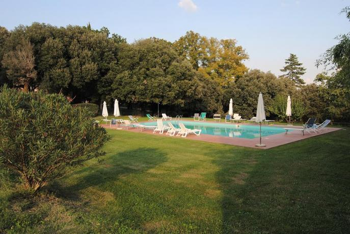 Piscina all'aperto attrezzata Agriturismo a Perugia