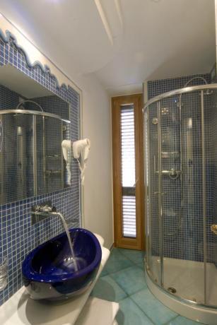 Bagno in camera con doccia albergo a Ischia