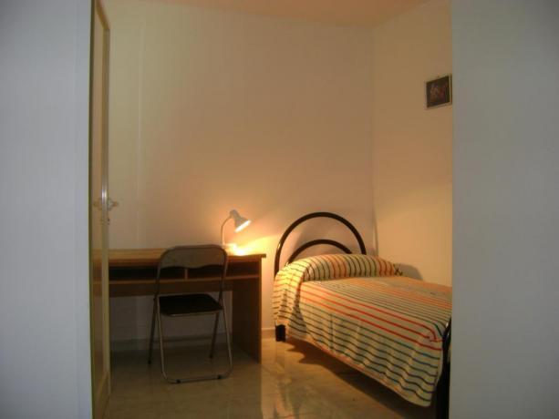 Camera con letto singolo e matrimoniale in Puglia