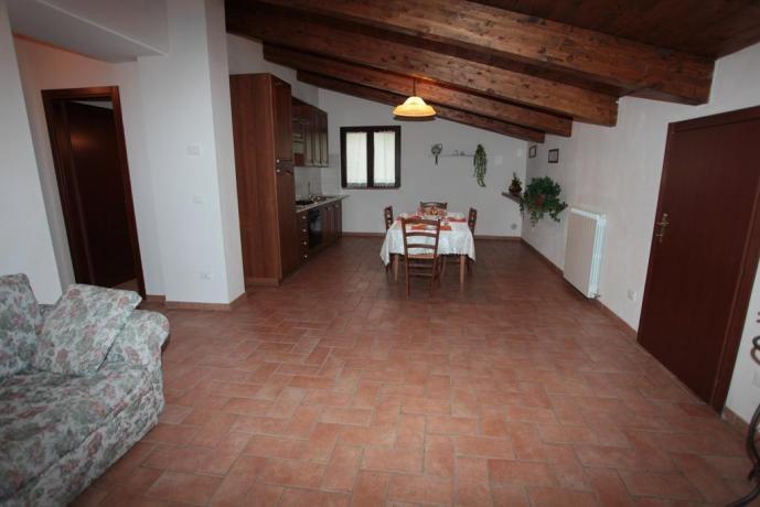 Camera con soggiorno e angolo cucina