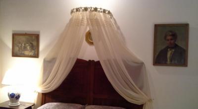 Camera con letto in legno