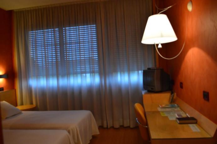 Camera famigliare con tvprivata e scrivania Torino