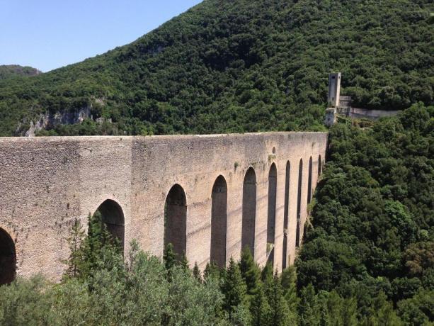 ponte delle torri, acquedotto vicino all'albergo