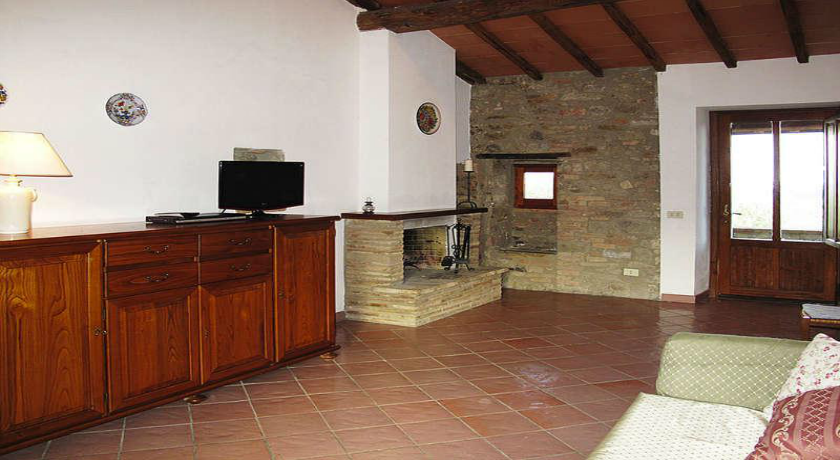 Appartamento con caminetto in soggiorno