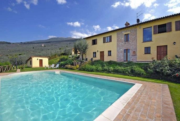 Agriturismo biologico con azienda agraria a Trevi. Appartamenti Vacanza in posizione panoramica a Trevi, Umbria. Agriturismo con piscina e degustazioni prodotti tipici umbri.
