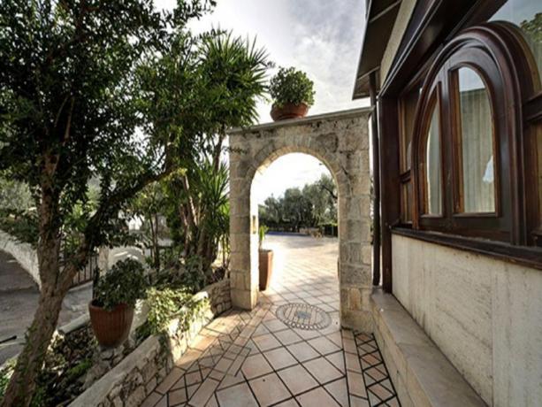 Arco in pietra all'hotel di Mattinata in Puglia