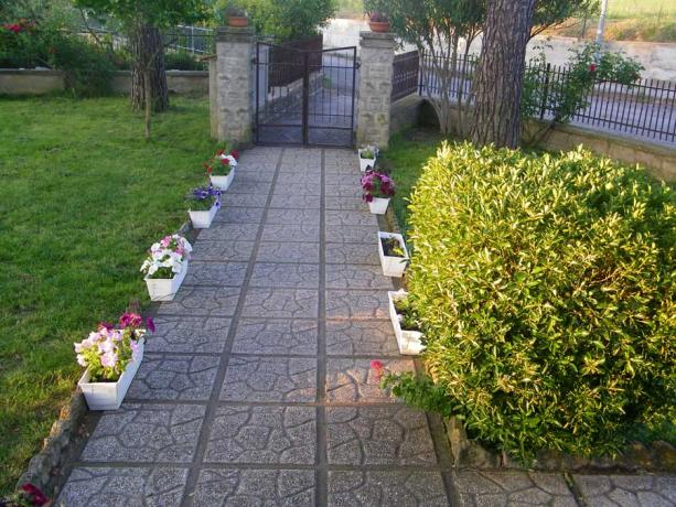 Cancello ingresso con giardino a Marsciano