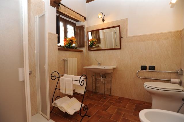 bagno privato con cabina doccia appartamento il Pino
