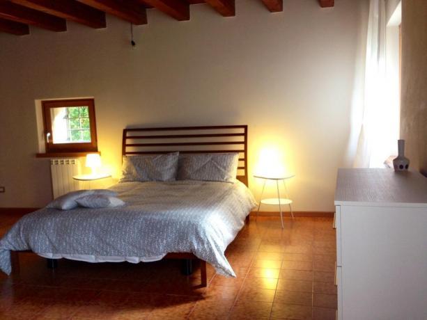 Romantica camera da letto con finestra in vista