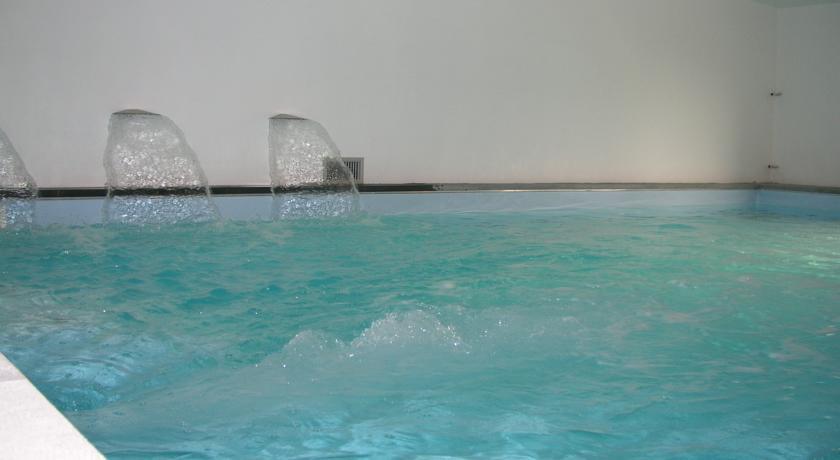 piscina interna riscaldata con nuoto contro-corrente