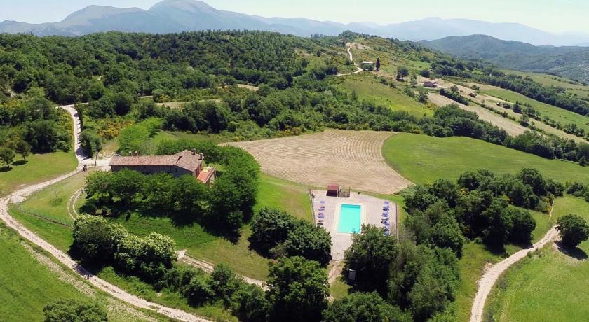 Casolare a Gubbio, Agriturismo con Appartamenti Vacanza a Gubbio, Bilocali e Trilocali, piscina e barbecue.