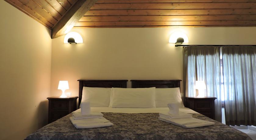 Camera atmosfera suggestiva con soffitto in legno