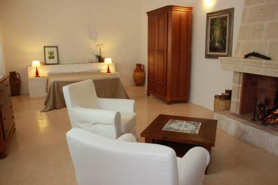 Relax con poltrone e caminetto Suite della Ginestra