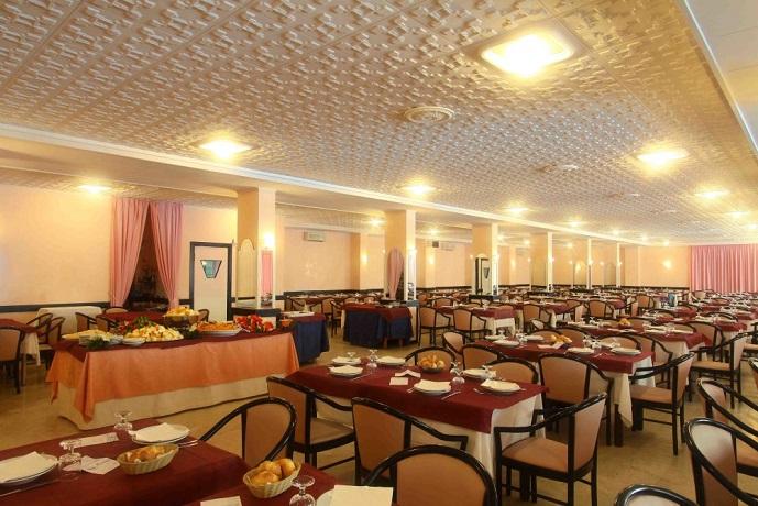 Hotel sul Mare con ampia Sala Ristorante