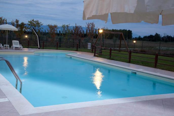 Tramonto romantico su piscina in agriturismo ad Assisi