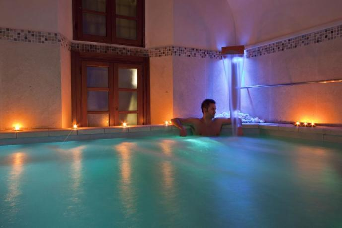 Centro benessere piscina con cascate cervicali