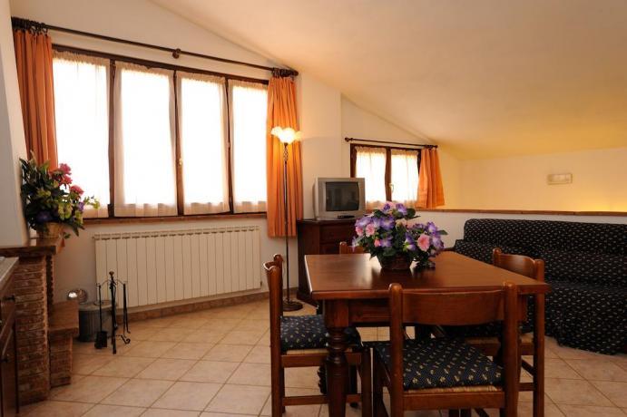 Soggiorno camera con tavolo e cucina