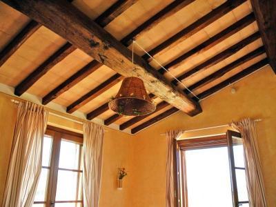 Foto Di Soffitti Con Travi In Legno : Soffitto con travi in legno casale con appartamenti e piscina san