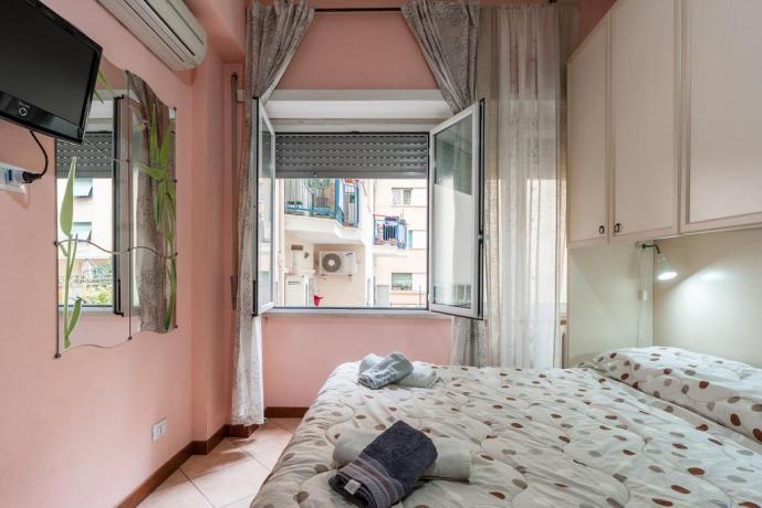Appartamento con TV e finestra a Roma