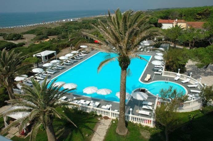 Hotel 4 stelle a Baia Domizia con Piscina Spiaggia e Animazione, animali ammessi,  accesso diretto alla spiaggia.
