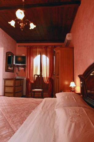 Camera da letto finemente arredata