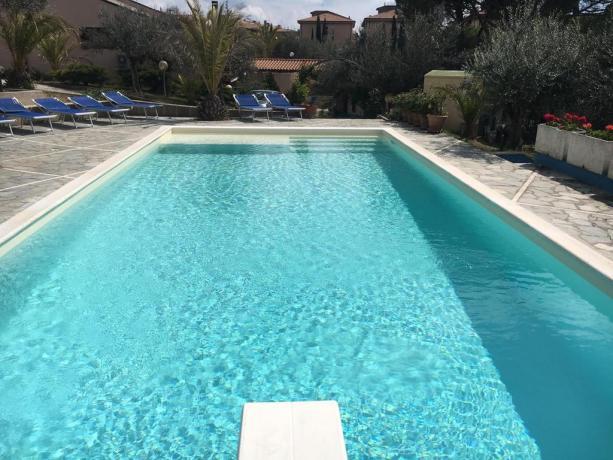 Piscina con trampolino villa per vacanze Perugia-Umbria