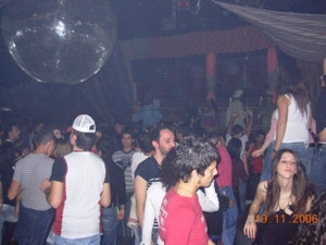 Festa all'aperto in discoteca umbra