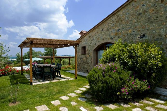 giardino privato con gazebo arredato in campagna