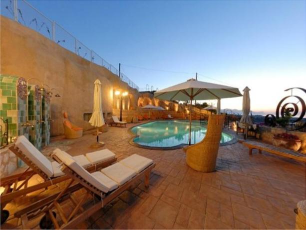 Hotel ad Alcamo, con piscina esterna fronte anfiteatro