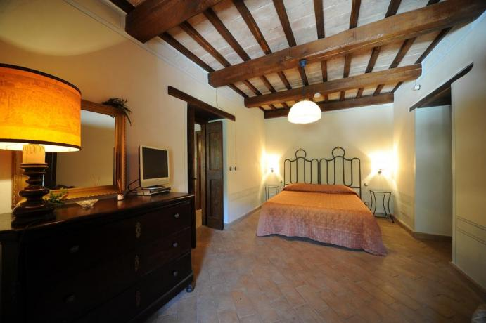 Camera matrimoniale con travi in legno Umbria