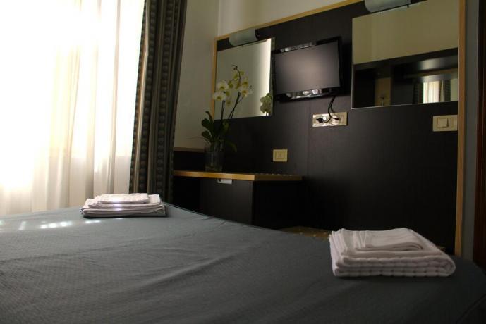 Camera matrimoniale asciugamani scrivania tv hotel3stelle centro Assisi
