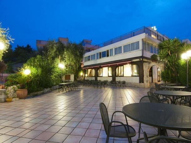 Vista albergo nel Gargano in notturna