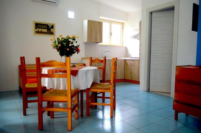 Appartamento con cucina e soggiorno arredato resort Baia-Domizia