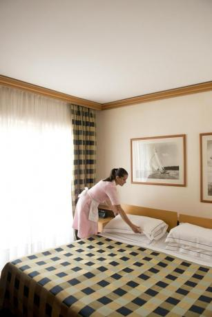 Pulizia delle camere nell'albergo in Puglia
