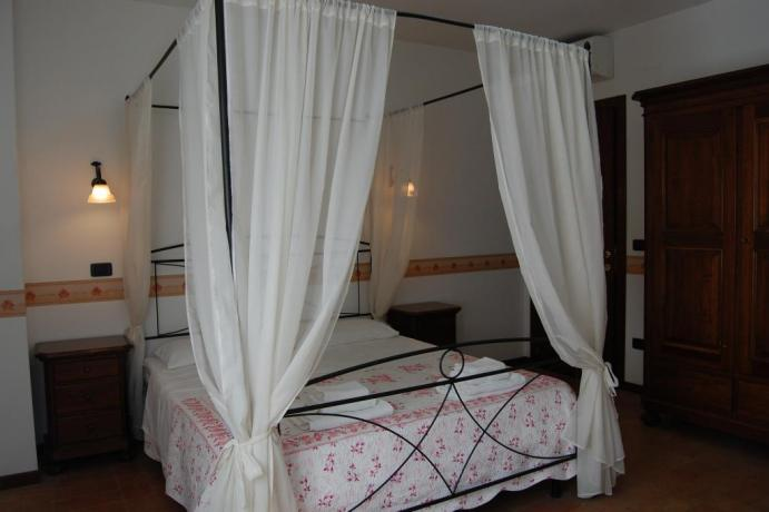 Letto a baldacchino in country-house a Macerata