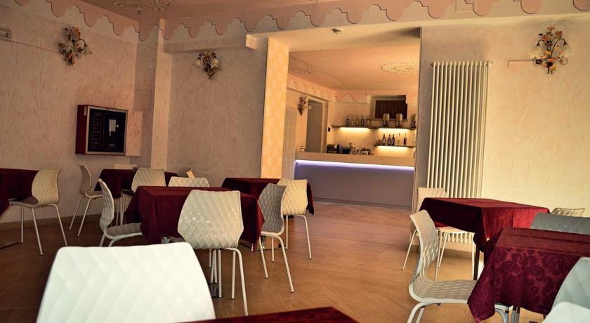 Sala comune con tavoli e sedie