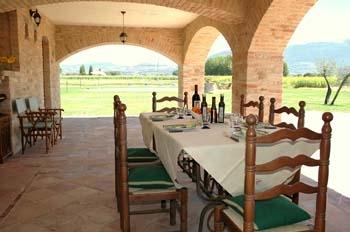 portico casale con tavolo per mangiare all'aperto