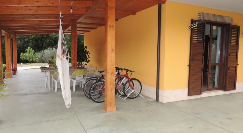 cortile con giardino e giochi per bambini