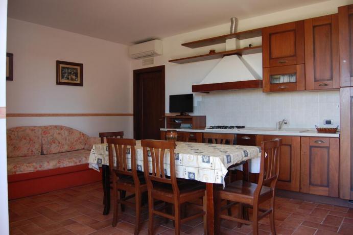 Cucina abitabile in casa vacanze a Macerata-Appignano