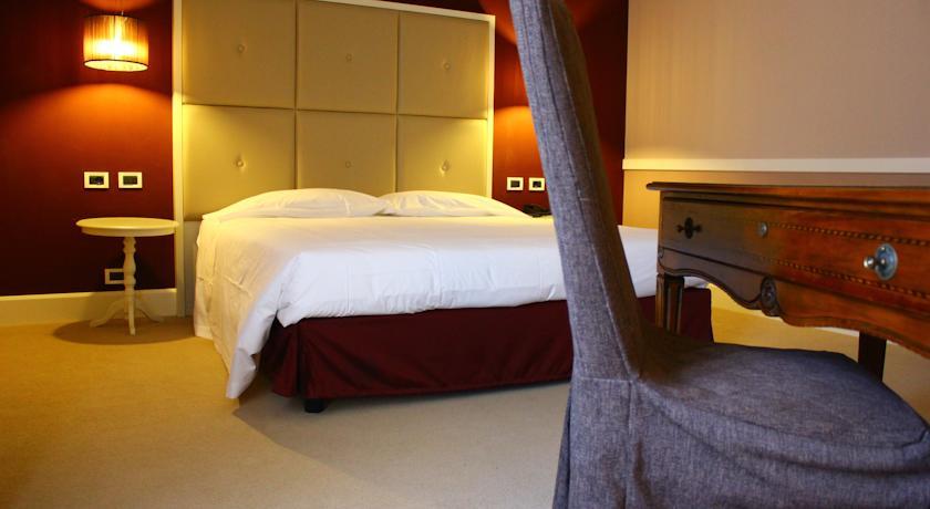 camera hotel Arcobaleno queen size con scrittoio