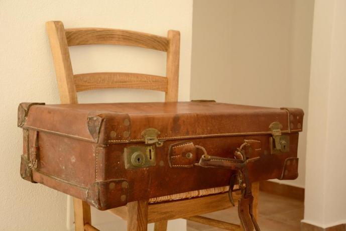 Antica valigia in camera affittacamere vicino la Capitale