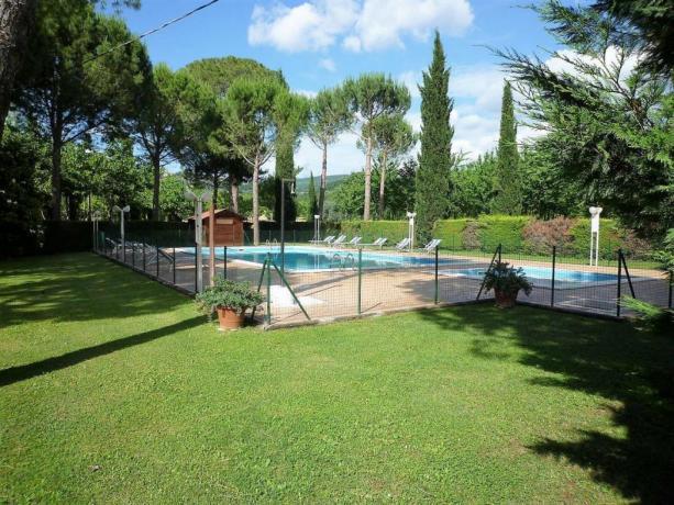 Piscina con lettini hotel3stelle a Petrignano Assisi