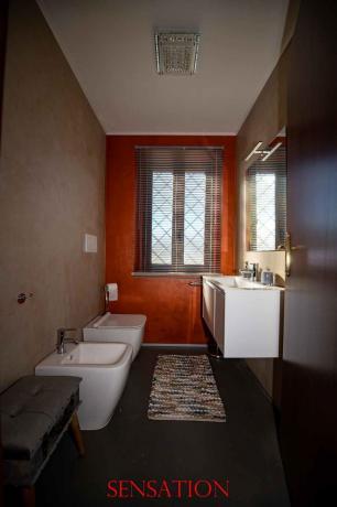 Luminoso Bagno Suite pulito fornito di tutto
