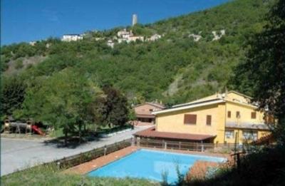 Albergo a prezzi bassi, con ristorante e piscina, Hotel Valnerina. Centro Rafting sul Nera adiacente, Parco Giochi Bambini.