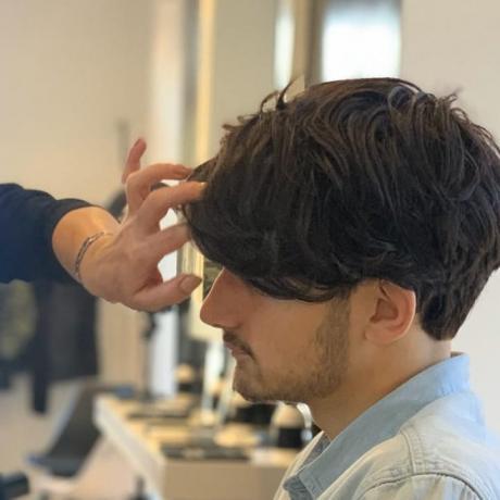 Taglio capello ragazzo con ciuffo frontale