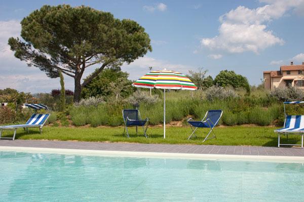 Piscina casa vacanze con appartamenti a Cortona