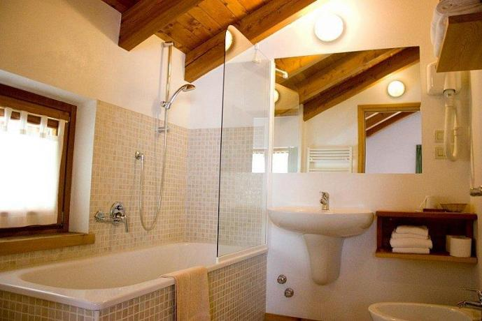 Bagno con vasca agriturismo a Giustino vicino Pinzolo