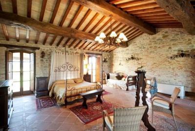 Camera Matrimoniale soffitto con travi in legno Villa per 8 persone La ...