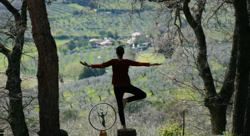 Yoga rilassante nel giardino dell'agriturismo