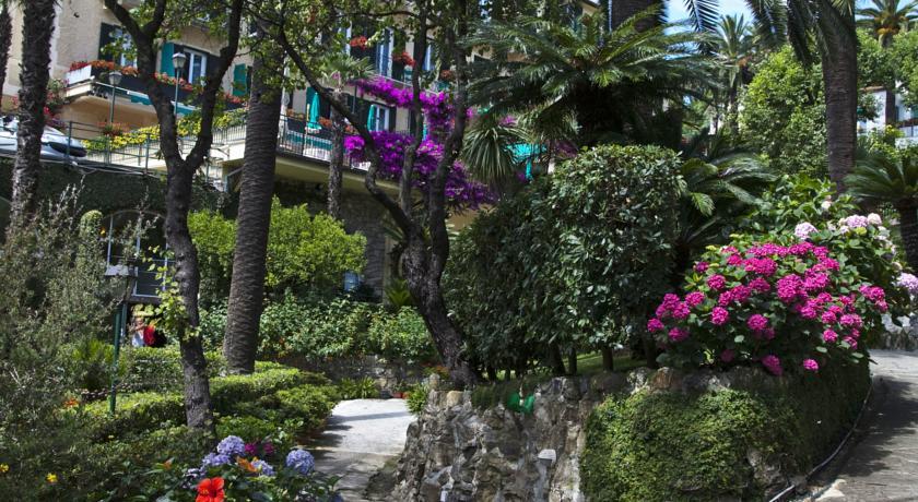 Il giardino curato dell'hotel direttamente sul mare